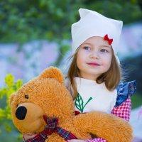 девочка с медведем :: Анюта Плужникова