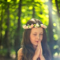Девочка молится в лесу :: Ирина Вайнбранд