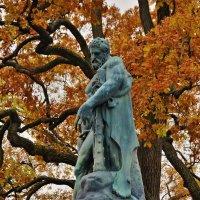 Скульптура Геркулес и осень... :: Sergey Gordoff
