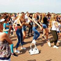 В танцевальном круговороте... :: Андрей Головкин