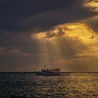 Через акваторию мчится катерок. :: Андрей Дворников
