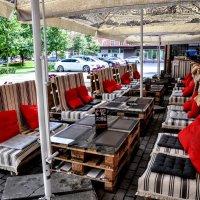 Летнее кафе на поддонах ...:) :: Анатолий Колосов