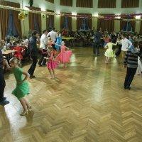 Танцуют папы с дочками :: Александр Рябчиков