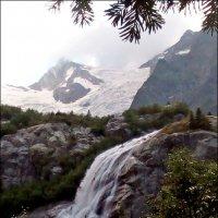 Алибекский водопад на фоне ледника :: Надежда