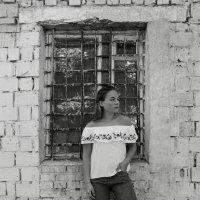 Девушка возле старого здания :: Юлия Сова