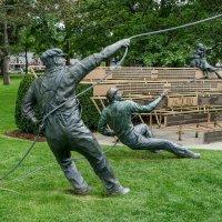 Памятник зрителю и рабочим сцены у театра Шекспира (г.Стратфорд, Канада) :: Юрий Поляков