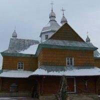 Деревянный   храм   в    Надворной :: Андрей  Васильевич Коляскин