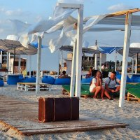 The Box - пляж эмоций. Там на газоне сидя от чемодана можно было отдохнуть... :: Александр Резуненко