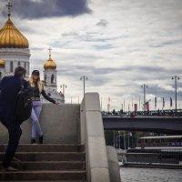 фото на фоне Храма Христа Спасителя :: Валерий Гудков