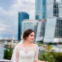 невеста на фоне города :: Наталья