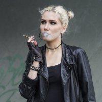Женщин с сигаретой никто не любит... :: Татьяна Шторм