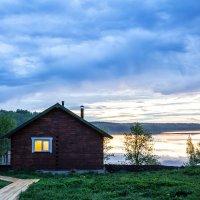 Банный домик у озера в белую ночь :: Сергей В. Комаров