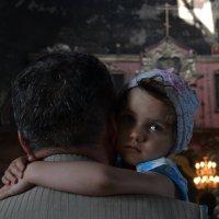 с дедом в храме :: Лариса Корсакова