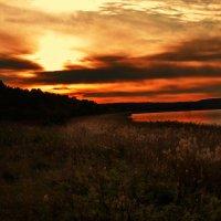 закат на озере :: Юлия Маркелова