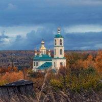 Окруженная осенью :: Сергей Цветков