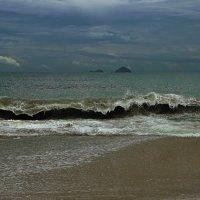 Взгляните-ка на океан, разве это не живое существо? Порою гневное, порою нежное!!! :: Вадим Якушев