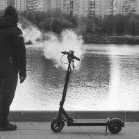 Перекур на набережной, а может болельщик, внизу рыбаки соревнуются. :: Татьяна Помогалова