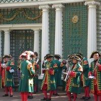 Музыканты в Петергофе :: Galina Dolkina
