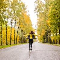 Люблю осенний лес, который просто сияет на солнце, и эти загадочные дороги) :: Екатерина Гриб
