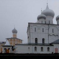 Трапезная церковь с трапезной и Преображенский собор ранним утром :: Елена Павлова (Смолова)