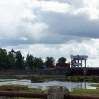 Вид с моста на плотину Нарвского водохранилища и церковь на российской стороне :: Елена Павлова (Смолова)