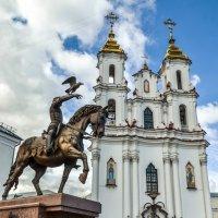 Памятник князю Ольгерду и Свято-Воскресенская церковь :: Ирина Никифорова
