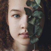Девочка с веткой эвкалипта :: Юлия Дурова