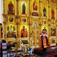 Крещение. Вынос священиком младенца после совершения обряда.. .. :: Владимир Бровко