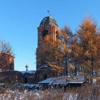 Старая церковь в золотом осеннем окружении :: Николай Белавин