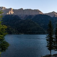 Рассвет на озере Рица :: Дмитрий Сиялов