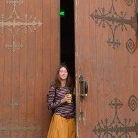 Девочка и большая дверь :: Марина Богданова