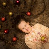 Девочка лежит на спине, в волосах новогодние шарики :: Ирина Вайнбранд