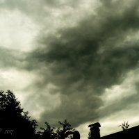 Темное облако в небе над дачей. :: Елена Kазак