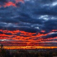 Лиловое небо в кровавых ранах Город накрыло в октябрьский вечер... :: Анатолий Клепешнёв