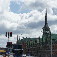 Необычный шпиль Бёрсена - здания фондовой биржи Копенгагена (17-й век) :: Елена Павлова (Смолова)