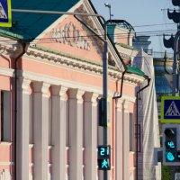 Улица: мимо фасада :: Алексей Коробов