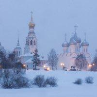 Ложится вечер. Заметает снегом... :: Татьяна Копосова