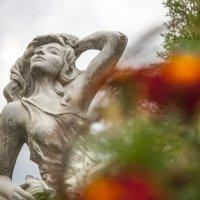 Русалка в саду... :: Ольга Милованова