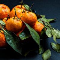 Натюрморт с мандаринами и зелеными листьями :: Елена Кириллова