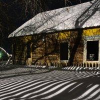 Тени заброшенного дома :: Сергей Шаврин