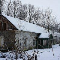Бывшая усадьба Дашковых в поселке Надбелье. Каретный сарай :: Елена Павлова (Смолова)