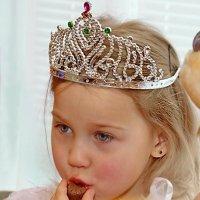 Корпоратив продолжается,принцессы трескают яства! :: A. SMIRNOV