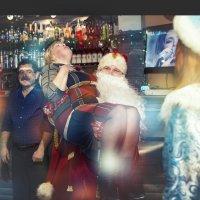 -Нет, не на коленке его сидеть, а на руках  Деда Мороза хочу,а мужчина позади, пусть мне завидует... :: Лилия .
