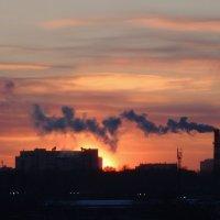 Закат с дымком :: Валерий Чепкасов