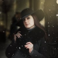 Девушка у театра :: Майя Морозова