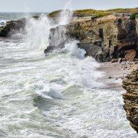 волна бьются о скале во время высокого прилива :: Георгий