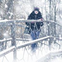 Девушка на мосту :: Юрий ОВОДКОВ