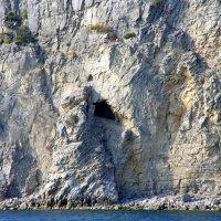 Пищеры в прибрежных скалах :: Валерий Новиков