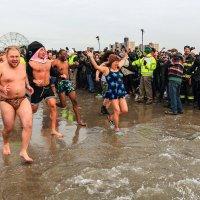 1 января . традиционное купание в океане клуба Полярный медведь :: Naum