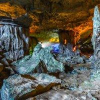 Экскурсия осматривающая карстовую пещеру... :: Cергей Павлович